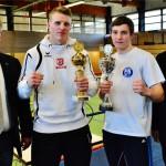 OB Andreas Feller (li) und stv. Landrat Joachim Hanisch (re) überreichen die Pokale